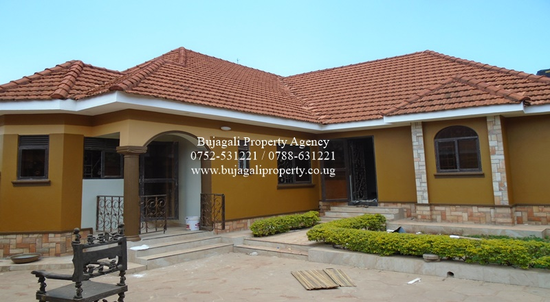 FOUR BEDROOM HOUSE WITH BOYSQUATERS FOR RENT IN JINJA